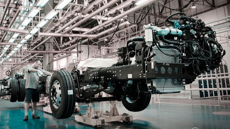 Mercedes-Benz anuncia paralisação das fábricas no Brasil